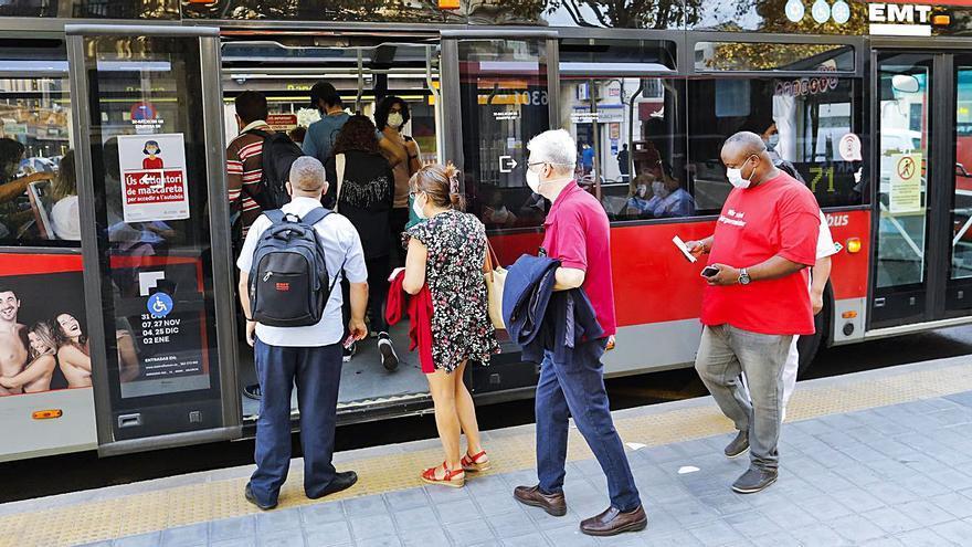 L'EMT prohibeix llevar-se la mascareta en el bus per a parlar, menjar o beure