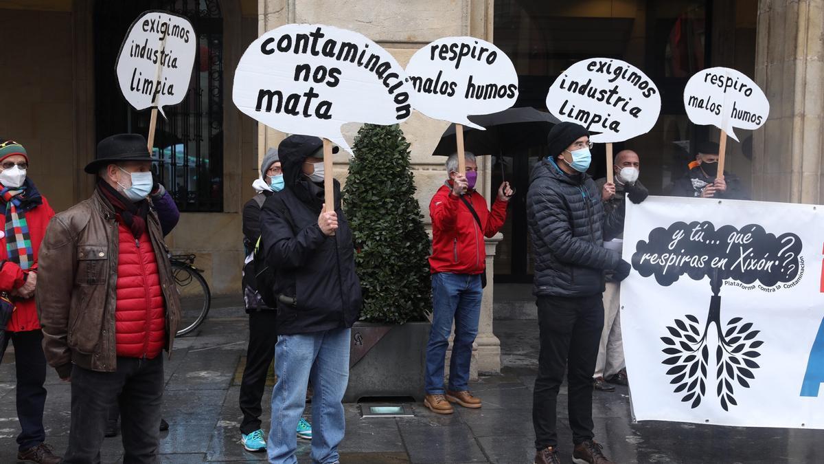 Concentración en la plaza Mayor contra la contaminación en Gijón.
