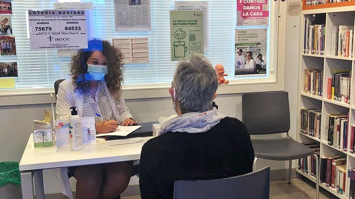 La psicóloga Noelia García durante una sesión con una de las usuarias de la Asociación Española contra el Cáncer en Zamora .   Cedida