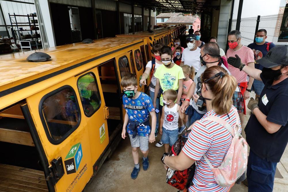 Los turistas visitan el tren ecomuseo minero valle de Samuño