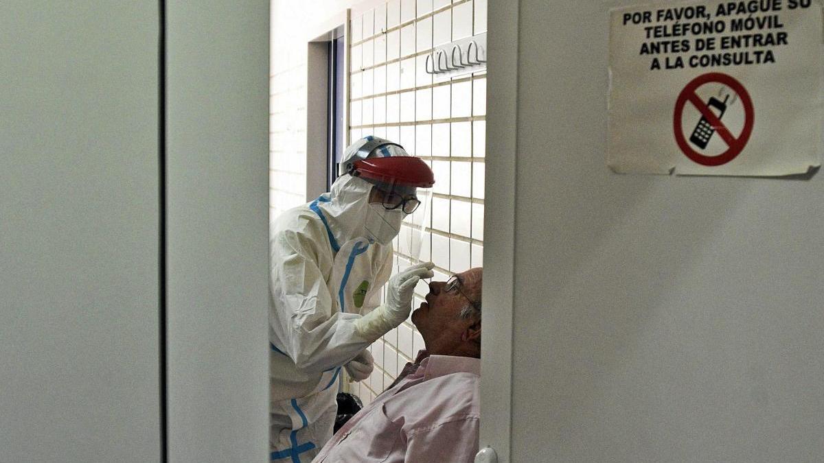 Un sanitario toma una muestra de un paciente. israel sánchez