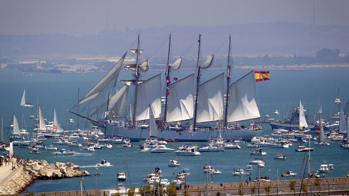 Imagen del buque escuela Juan Sebastián Elcano saliendo del puerto de Cádiz en julio de 2012.