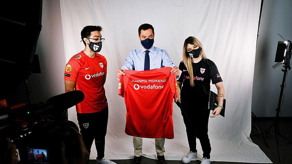 Juanma Moreno recibe una camiseta del club Vodafone Giants.