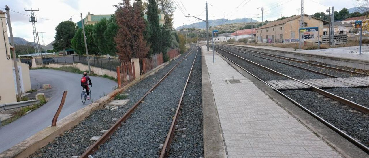 Imagen de la estación del tren de Monóvar-Pinoso, que se encuentra ubicada dentro del término municipal de Elda.