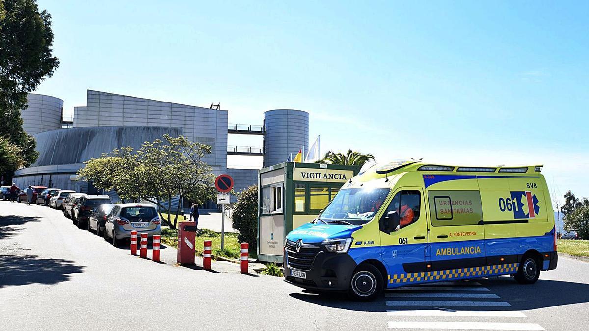 Una ambulancia se dirige hacia la UCI del Hospital Montecelo.     // GUSTAVO SANTOS