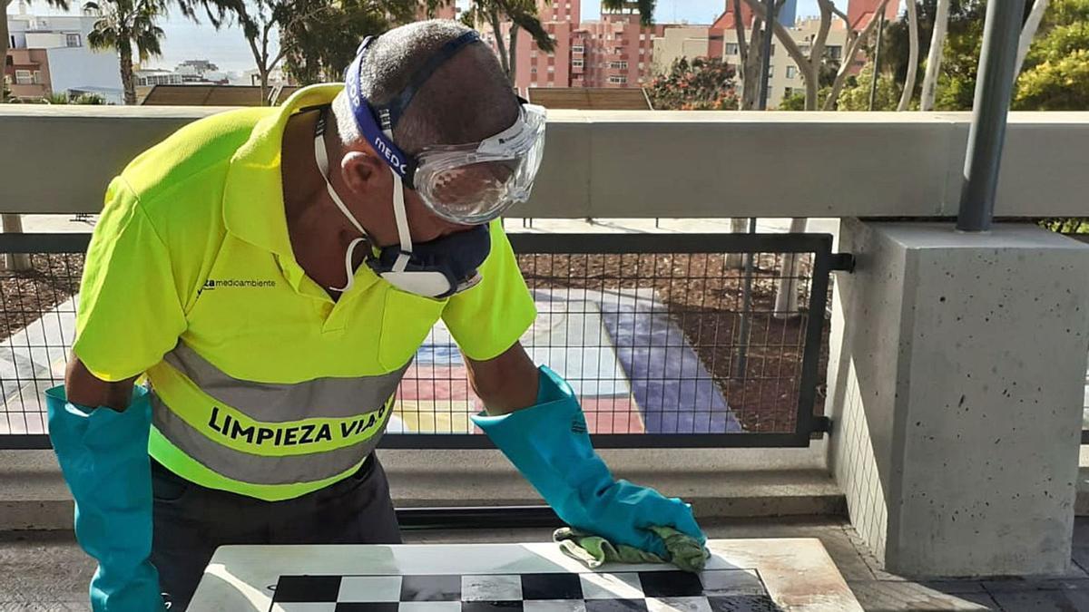 El recién remodelado parque de Las Indias ha sufrido actos vandálicos. Los operarios municipales ya trabajan en el arreglo de los destrozos y en su limpieza.