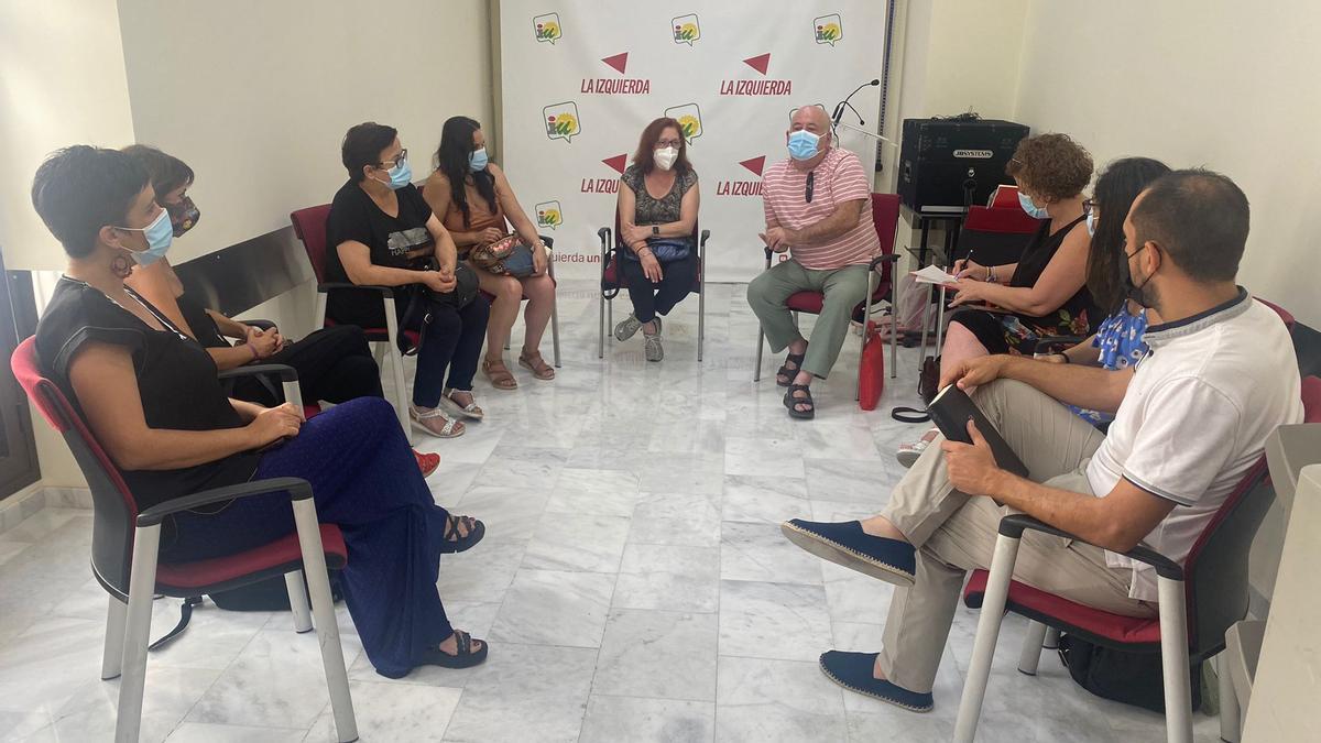 Reunión de representantes del sector de la limpieza y responsables de IU Córdoba, en la sede de Ambrosio de Morales.