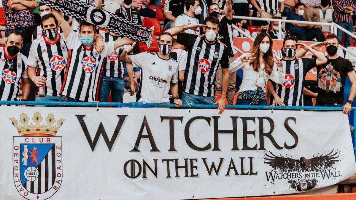 Miembros de la peña Watchers on the Wall durante un partido del Badajoz