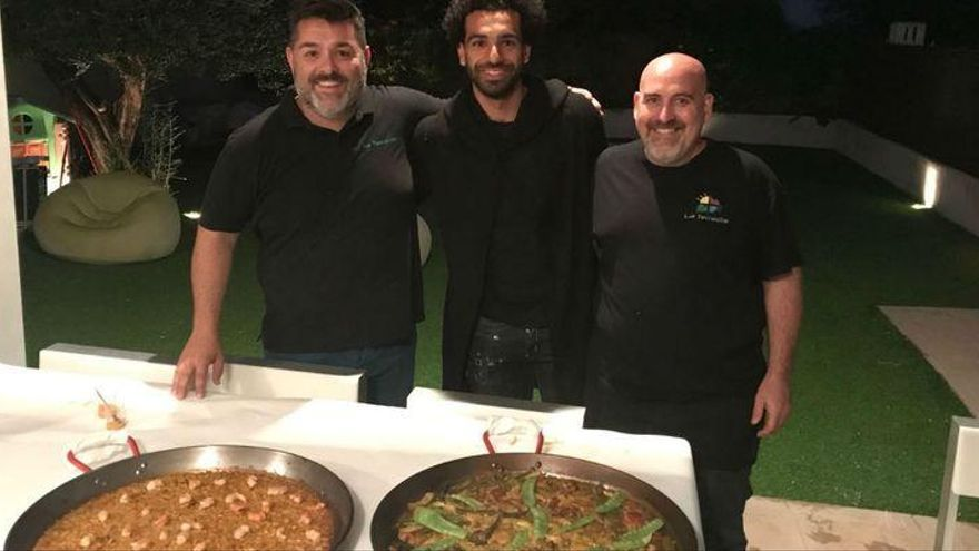 Salah se recupera en Benicàssim comiendo paella