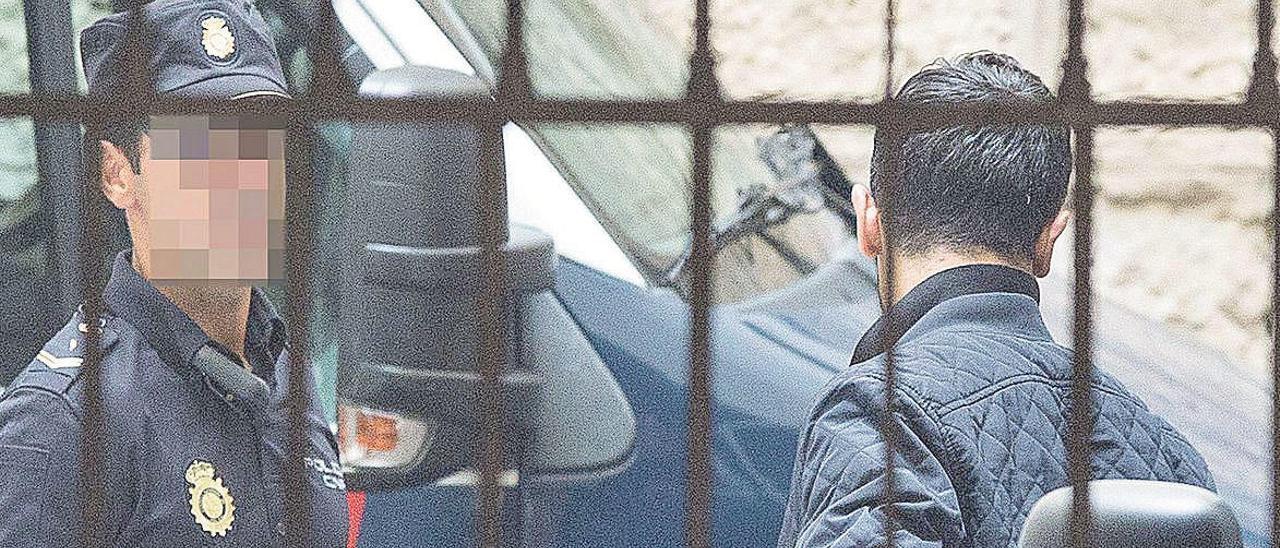 El acusado, de espaldas, el día que pasó a disposición judicial en Alicante.