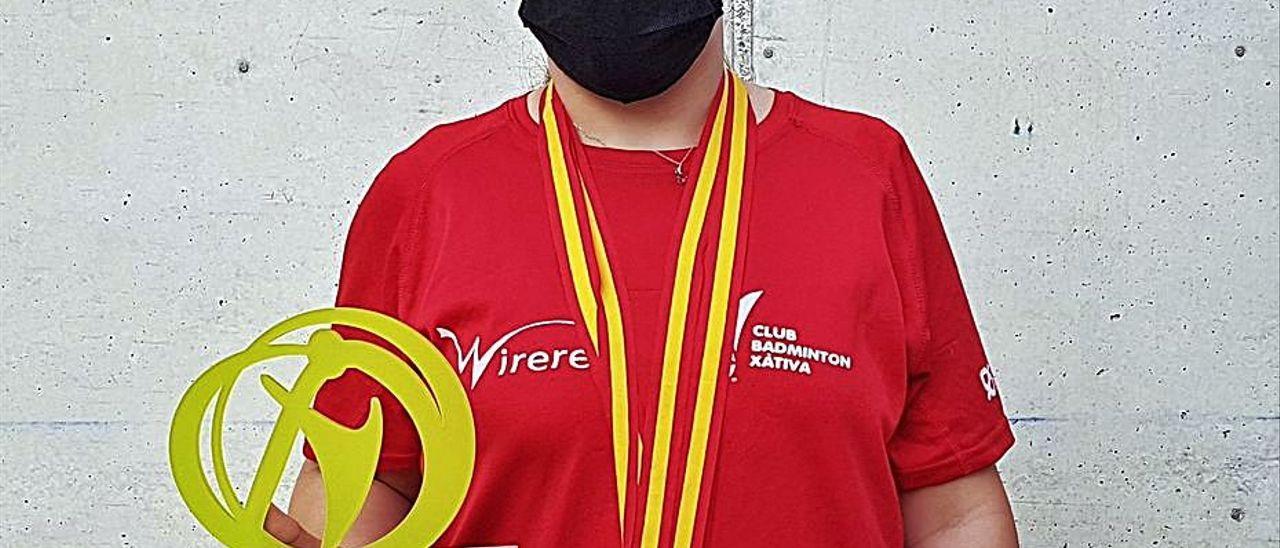 Selenia, con las medallas y el trofeo, en Cartagena. | JAVIER ALCÁZAR