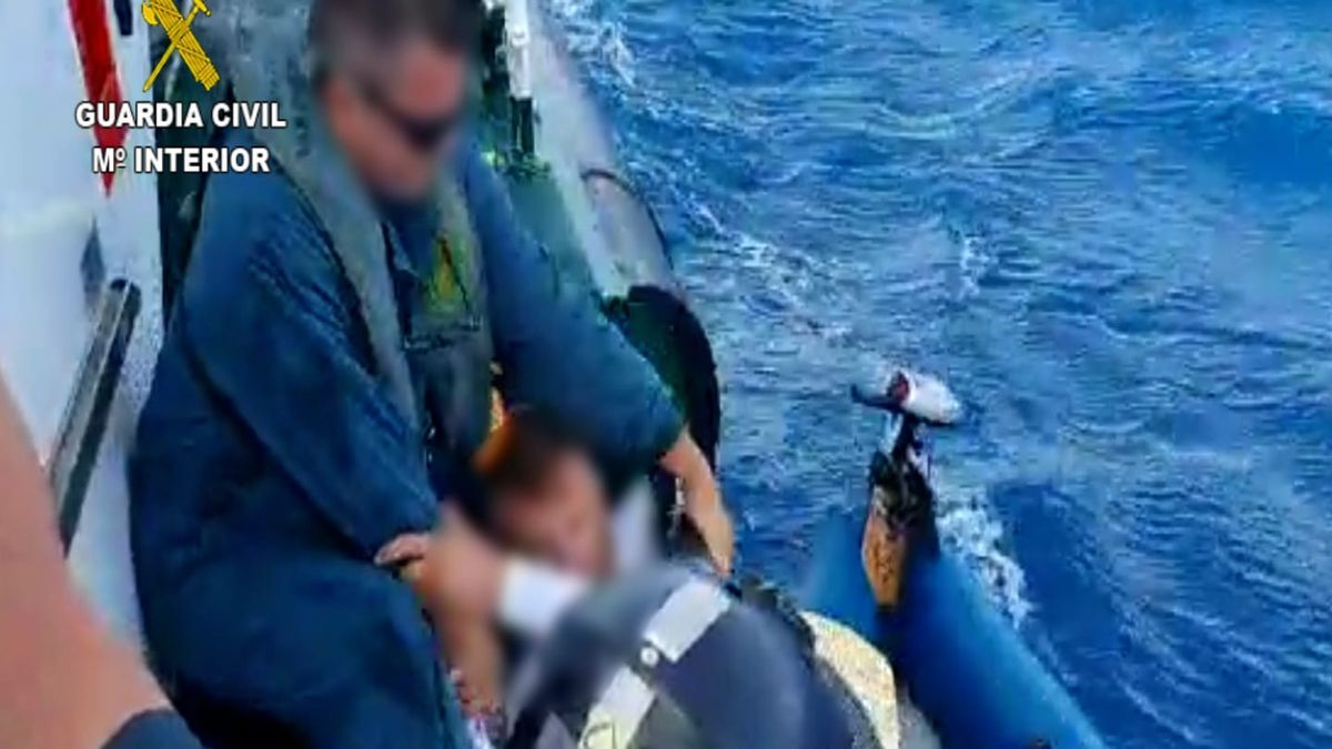 Un momento del rescate del turista entre Lanzarote y Fuerteventura.