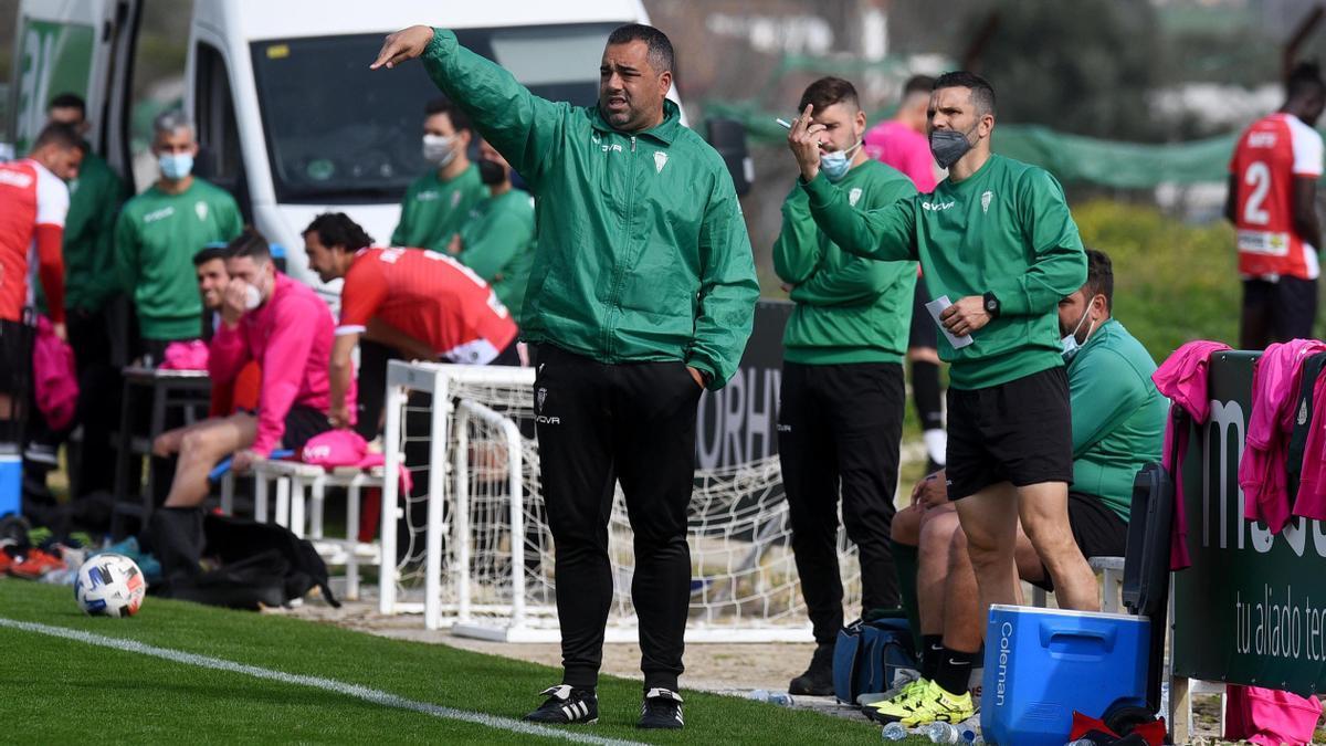 Germán Crespo da instrucciones a los jugadores del filial durante un partido contra el primer equipo blanquiverde, el pasado febrero.