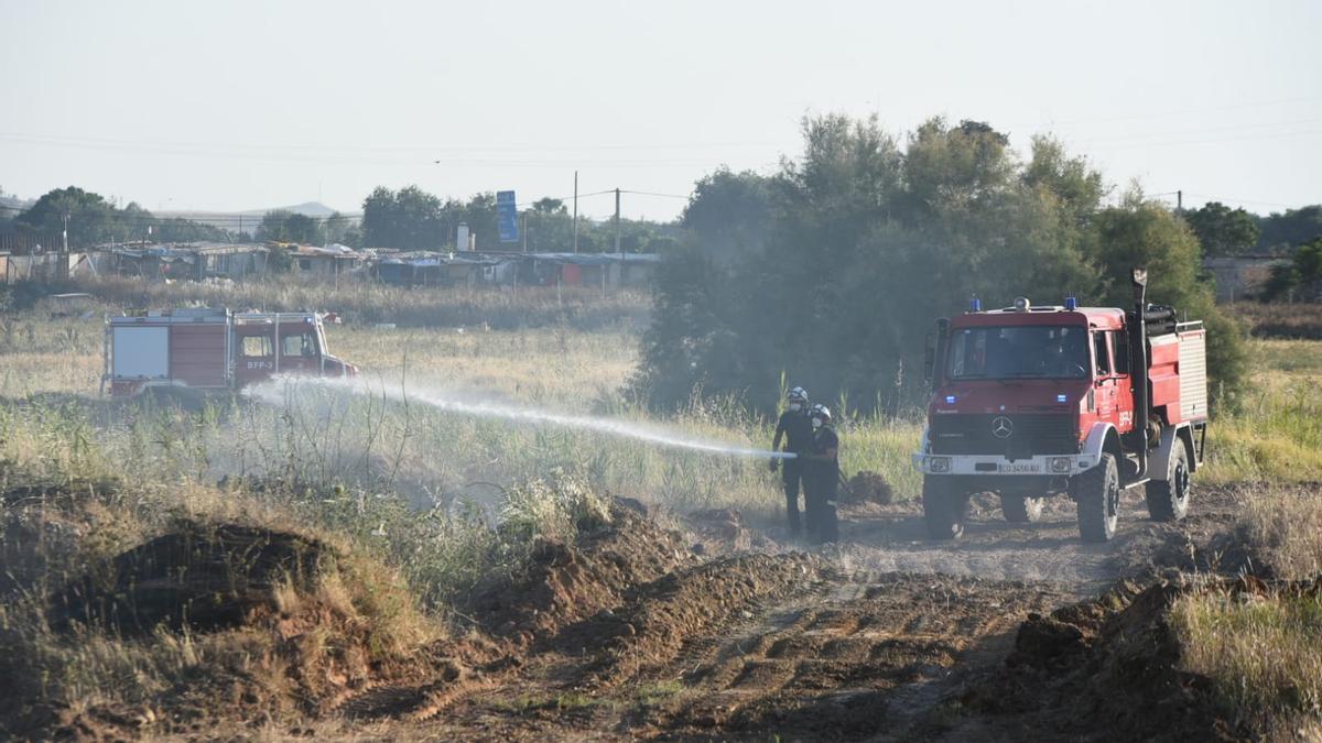 Los bomberos de Córdoba sofocan un incendio de pastos en Las Quemadillas.