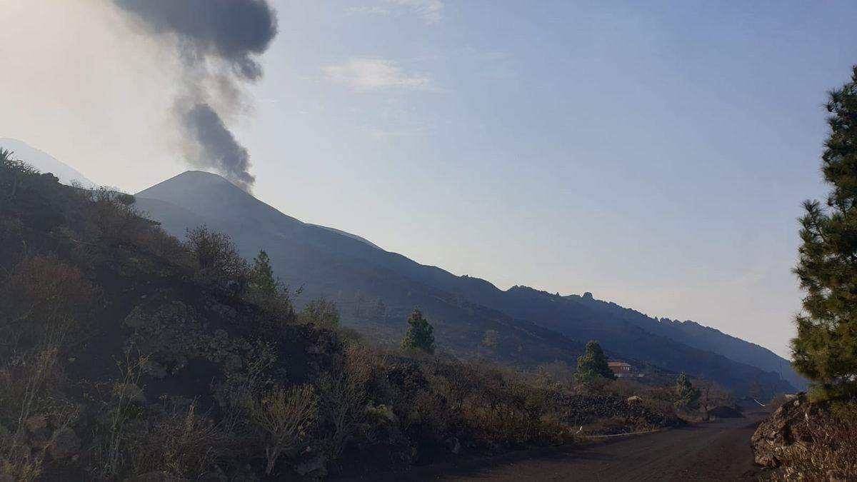 El cono principal del volcán de Cumbre Vieja vuelve a emitir lava.