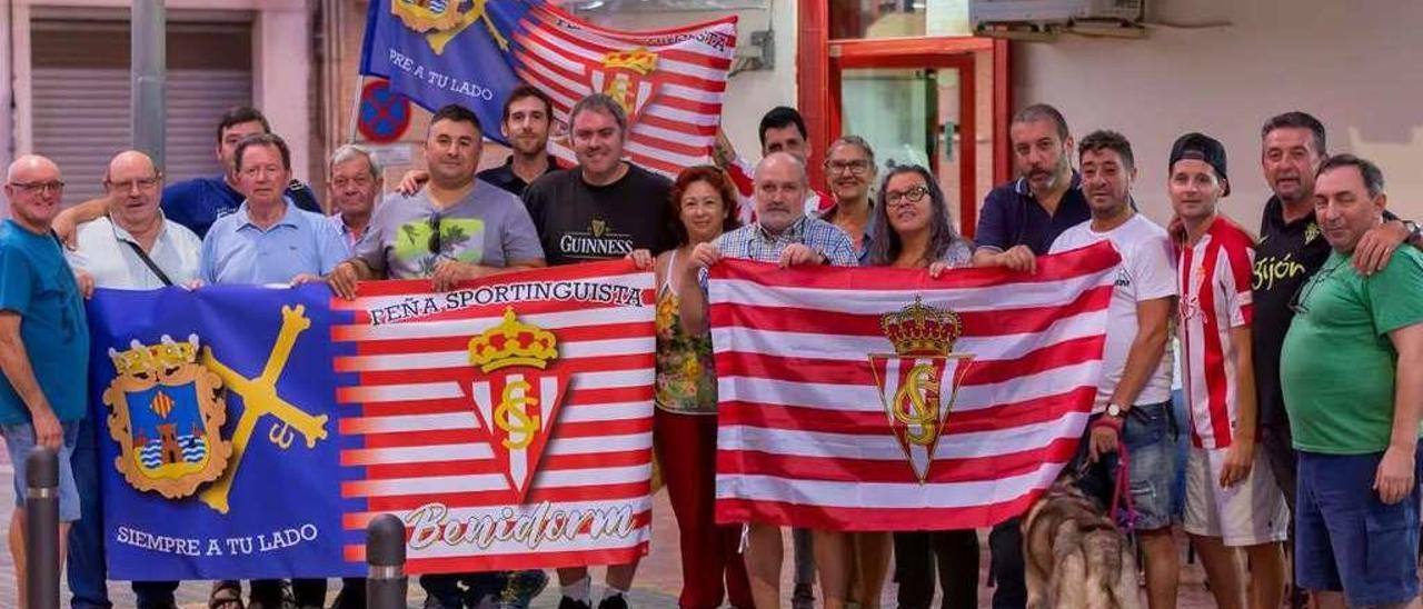 Los componentes de la Peña Sportinguista Benidorm, ante su sede, reunidos para ver un partido del Sporting.