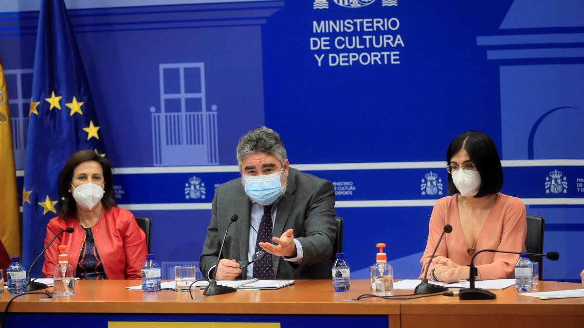 Los ministros Robles, Uribes y Darias.