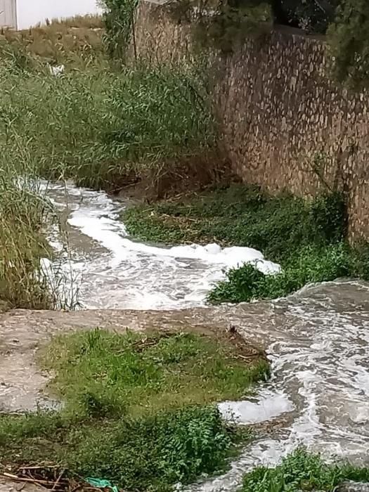 El barranco de Chiva aparece cubierto de espuma