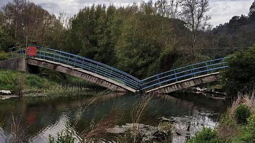 Se parte por la mitad el puente de la playa de San Pedro de la Ribera (Cudillero)