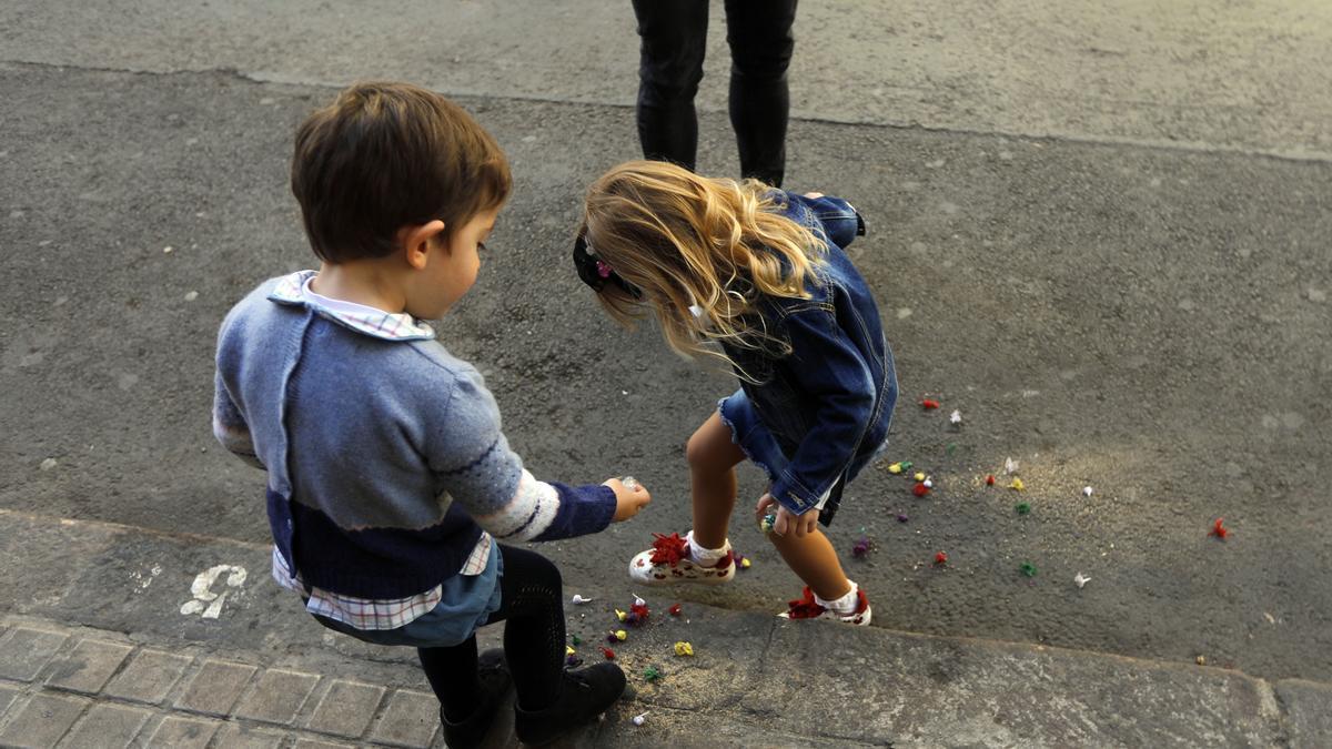 Dos niños juegan con cohetes, durante las fallas.