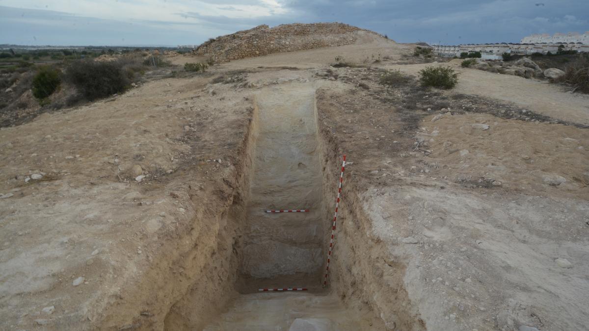 Imagen del foso defensivo del yacimiento fenicio de Guardamar.