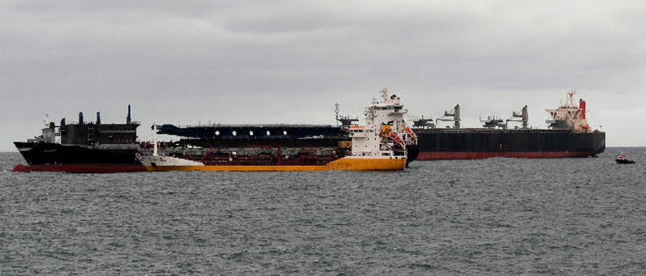 El suministro de combustible cae por la crisis de Aegean y fallos en una gabarra