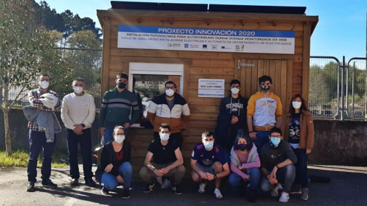 Alumnado del ciclo de Electricidad del IES Pedra da Auga frente a la caseta con paneles solares.     // D.P.