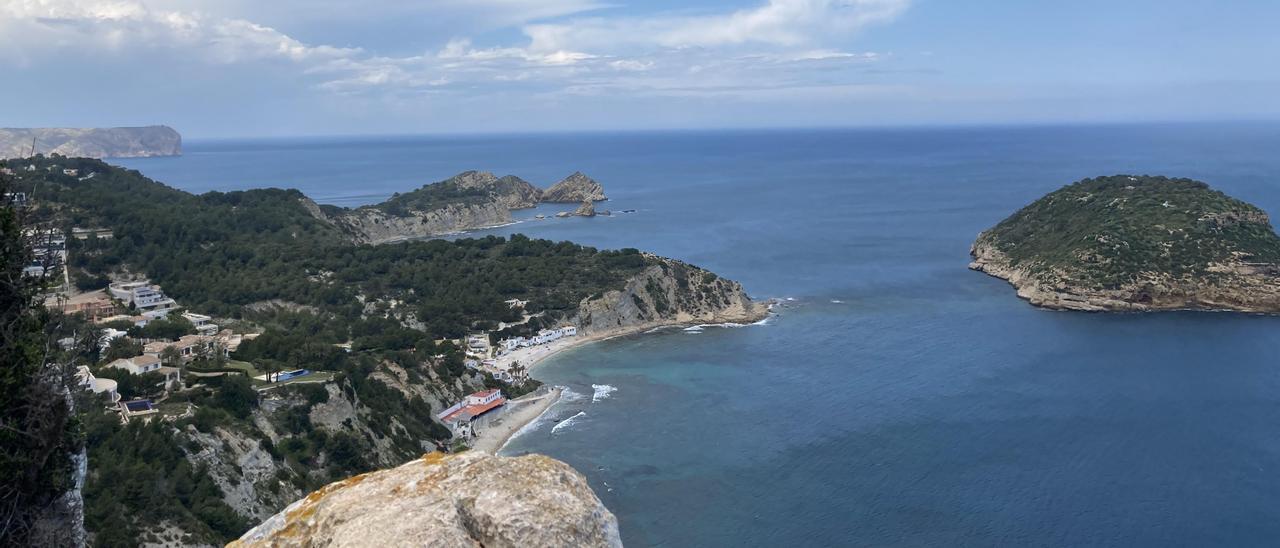 Vista majestuosa desde el mirador de La Falzia,con l'Illa del Portitxol  en primer término y el Cap de Sant Antoni al fondo.  | A.H.S.