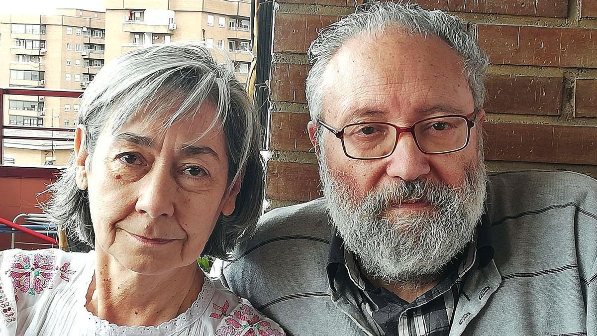 Arriba Luciano López Gutiérrez y Araceli Godino. A la izquierda portada del libro sobre la correspondencia entre Miguel Delibes y Francisco Umbral. | Cedidas