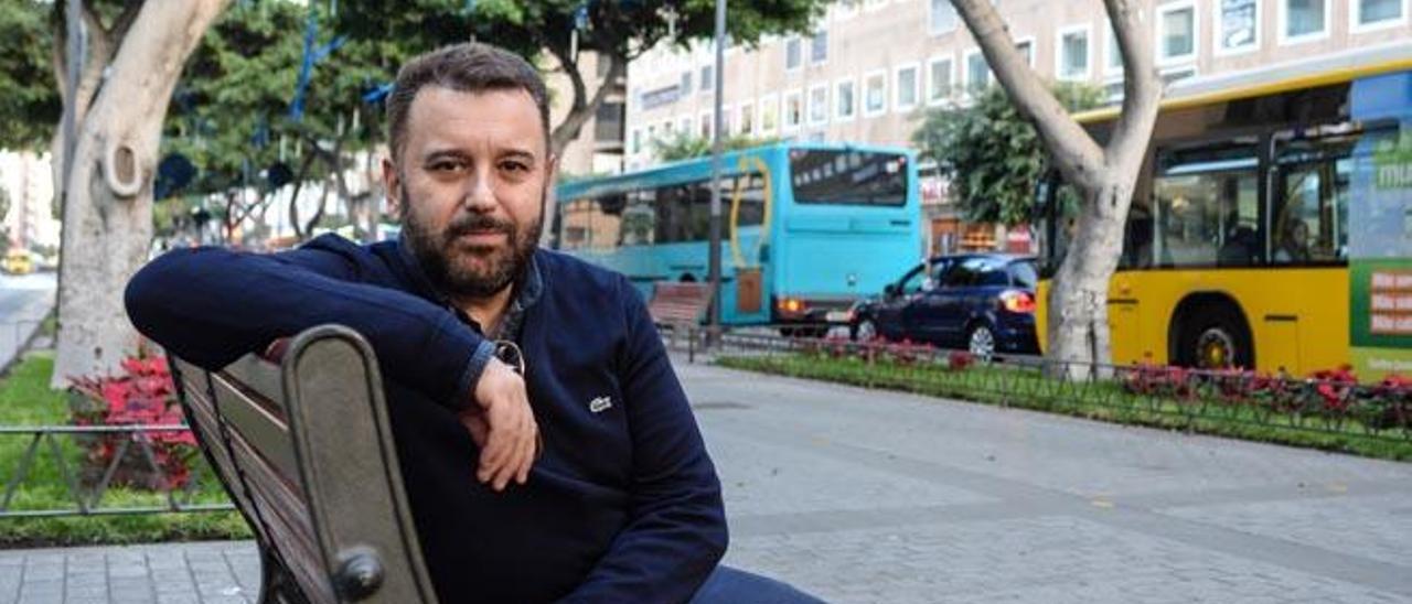 El cineasta Félix Sabroso, ayer en la Avenida de Mesa y López. Debajo, cartel de su masterclass.