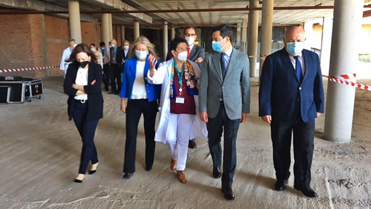 El presidente Juanma Moreno, ayer, durante su visita a las obras de ampliación.