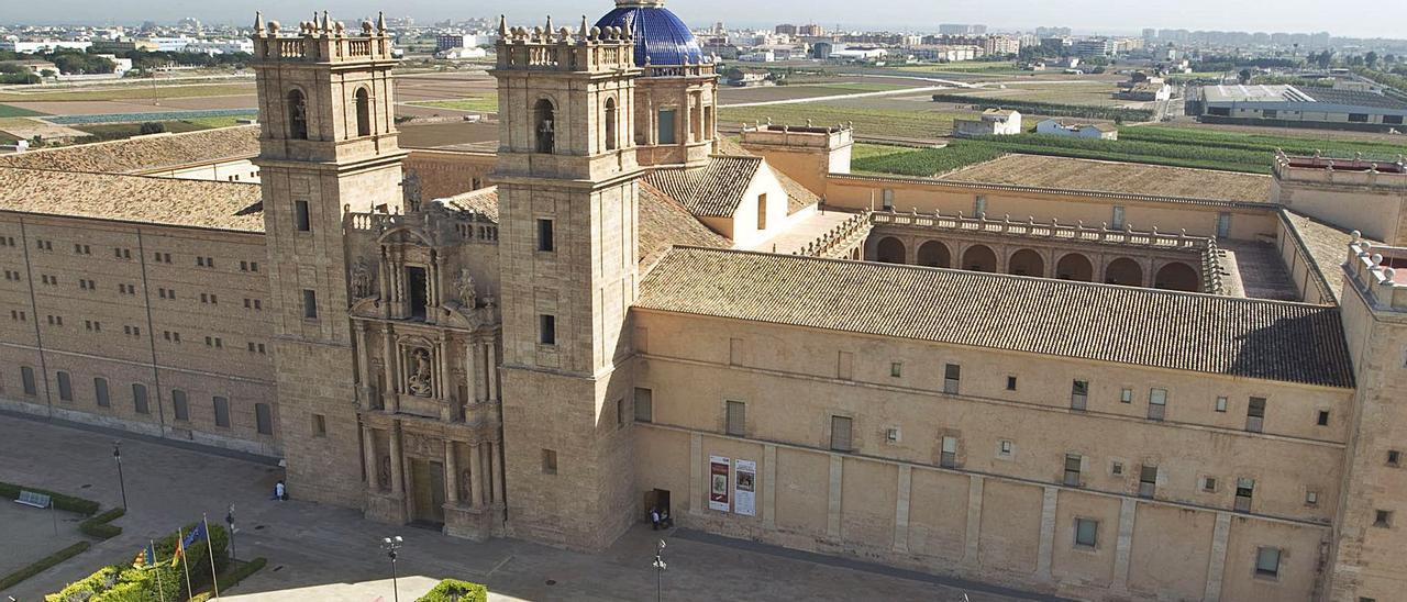 Una vista área del antiguo monasterio con la característica portada del convento y donde se observan los dos claustros.   LEVANTE-EMV