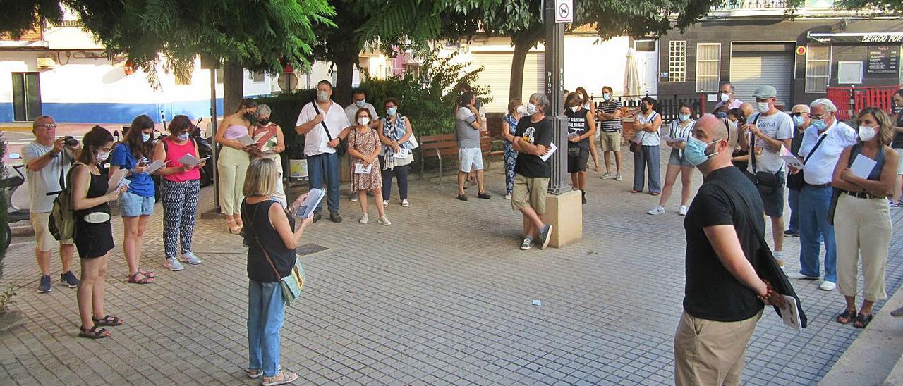 Lectura de poemes en l'estació Plaça del País Valencià de la passejada.   V.R.SANCHO