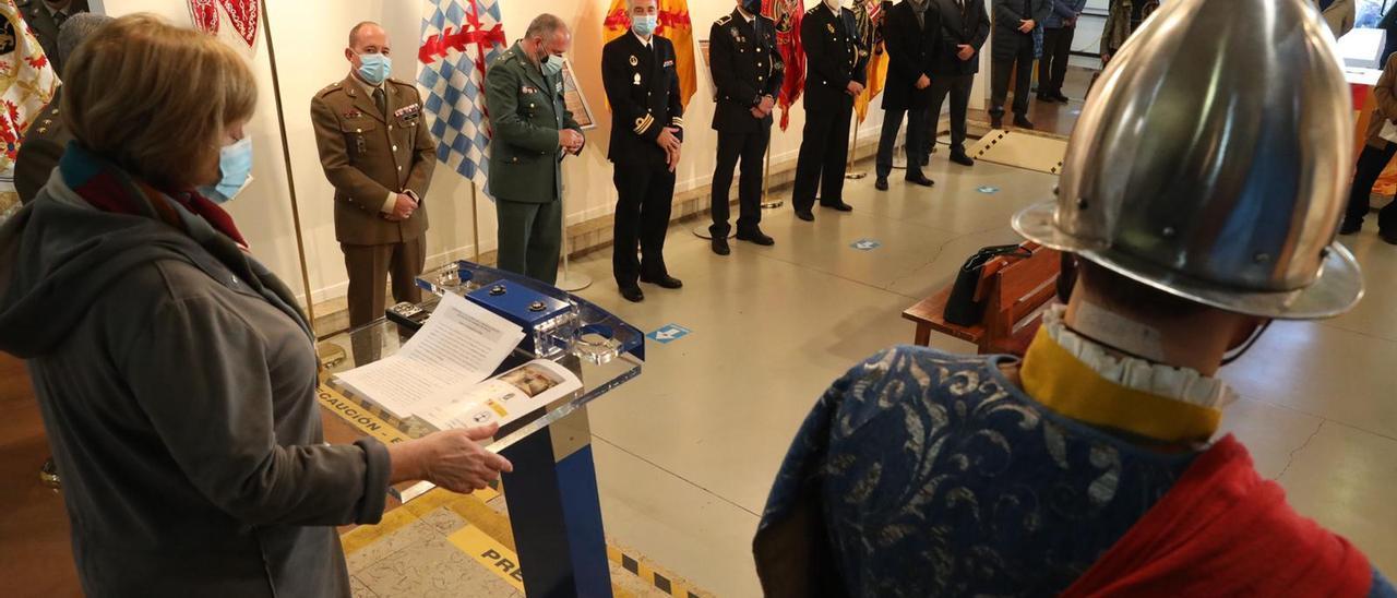 La alcaldesa de Avilés se dirige a las autoridades civiles y militares que acudieron a la inauguración de la exposición de banderas españolas.