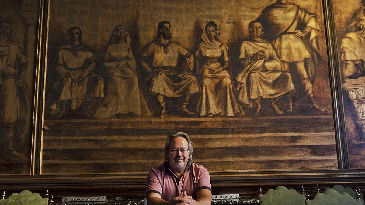 """Francisco Guarido frente al mural """"Amanecer jurídico del municipio zamorano"""", de Delhy Tejero, en el Ayuntamiento de Zamora."""