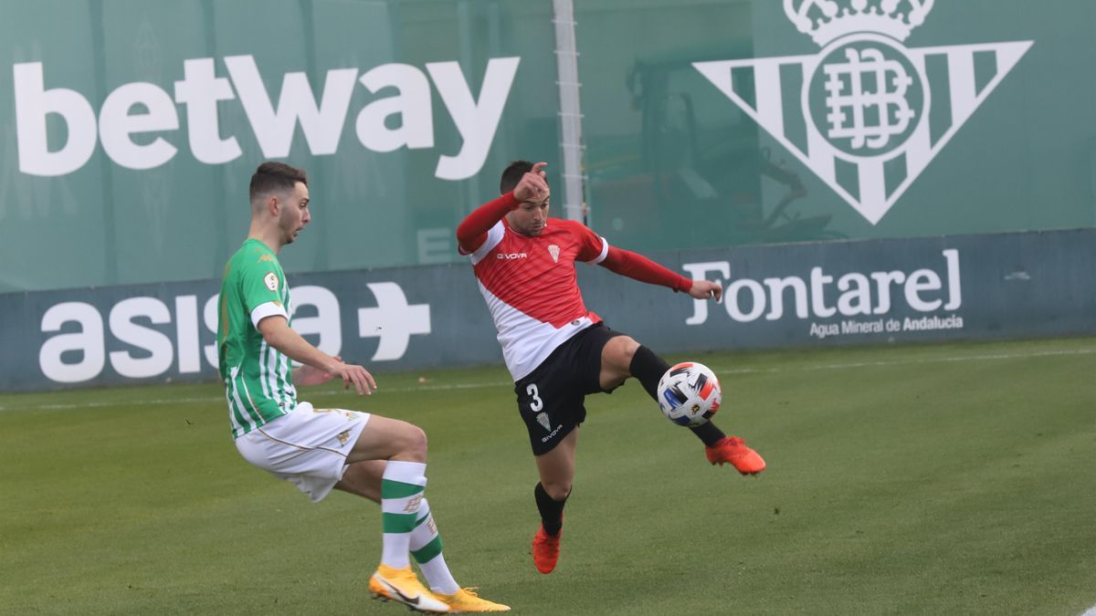 Raúl intenta interceptar un despeje de Jesús Álvaro, en el Betis Deportivo-Córdoba CF de la primera vuelta.