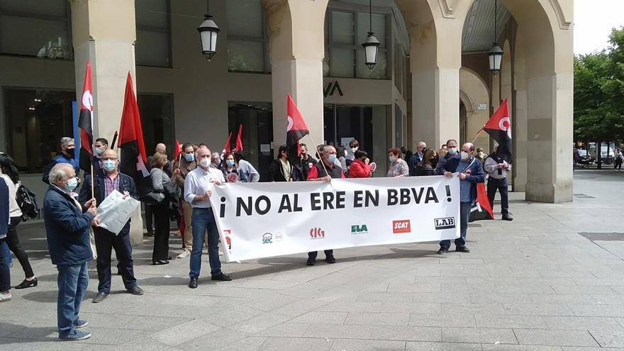Diez oficinas del BBVA en Zaragoza cierran por la huelga contra el ere