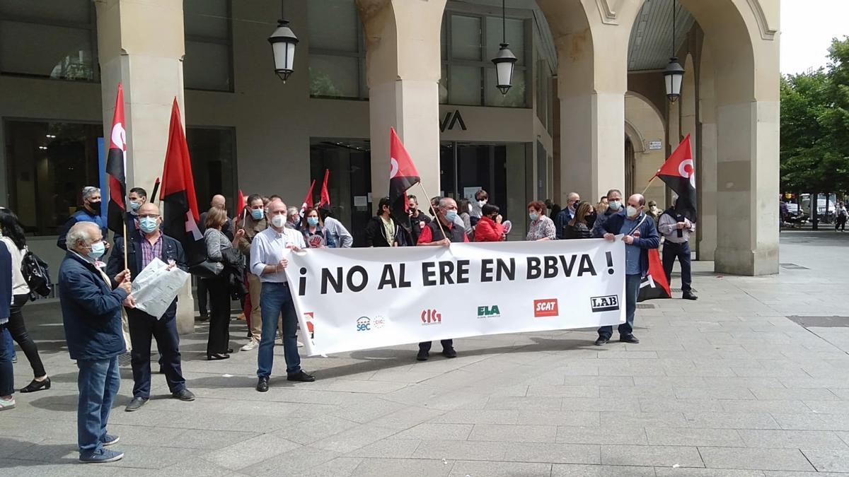 La concentración de protesta que ha tenido lugar este miércoles ante la sede principal del BBVA en Zaragoza,