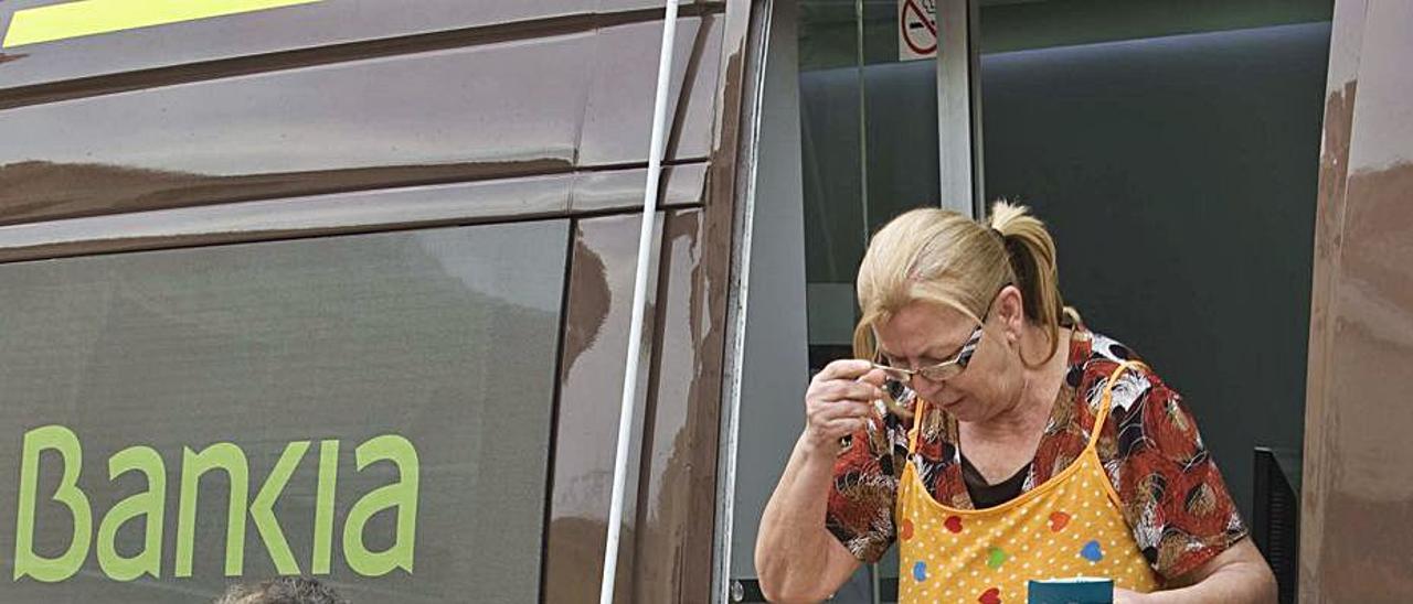 El ofibus de Bankia da servicio a pueblos sin sucursal.   DANIEL TORTAJADA