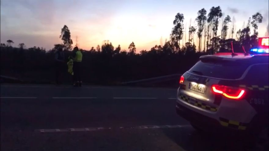 La Guardia Civil reparte chalecos reflectantes a los peatones en Galicia para reducir víctimas en las vías