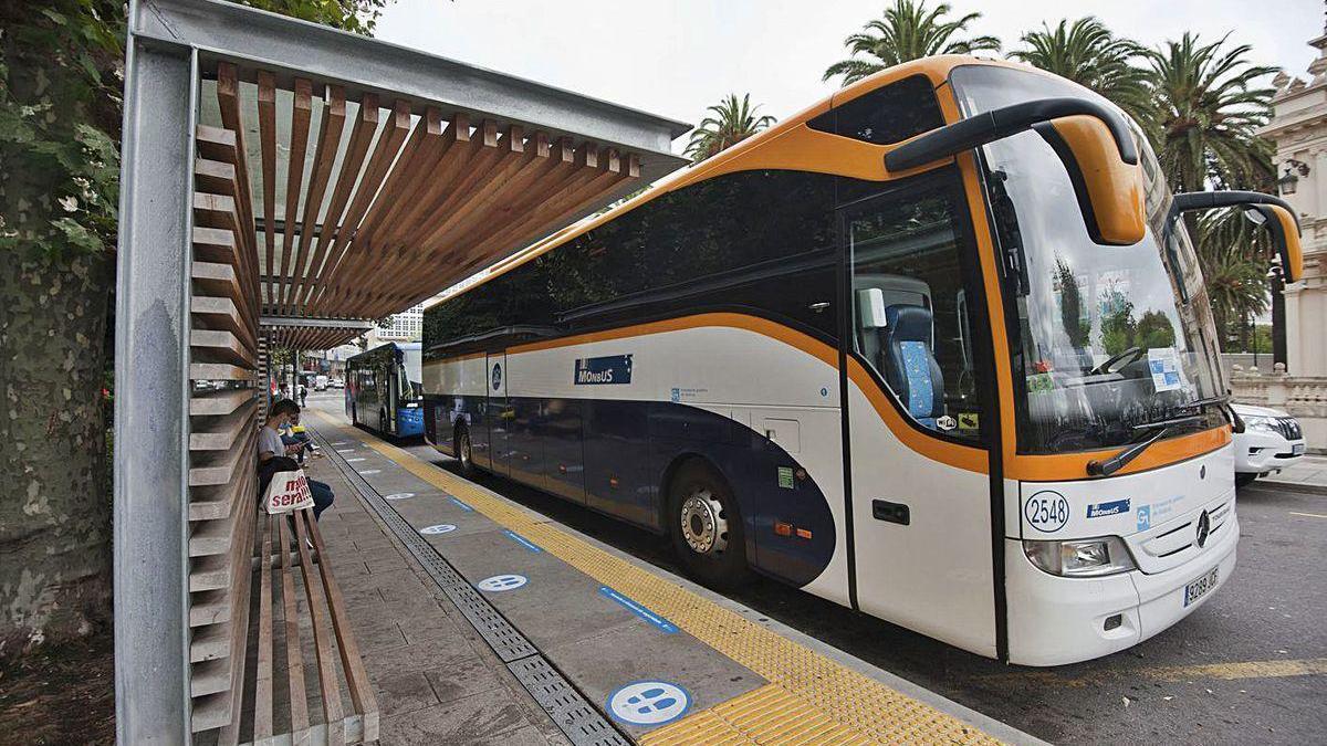Autobuses, ayer, en la parada de Entrejardines, en A Coruña.