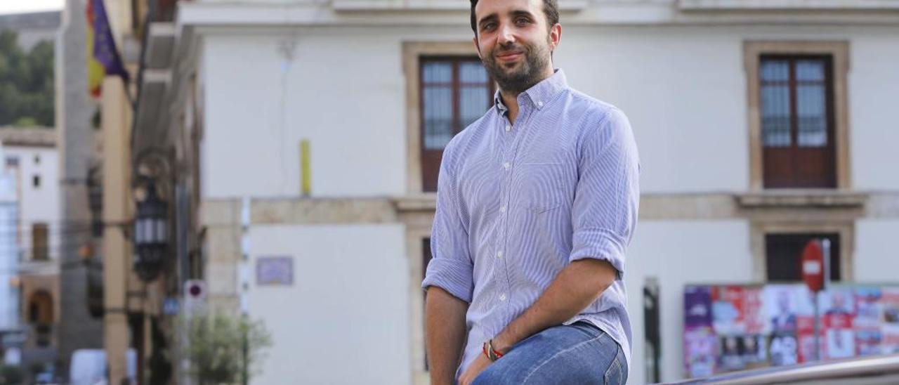 Darío Moreno, ante el Ayuntamiento de Sagunt.