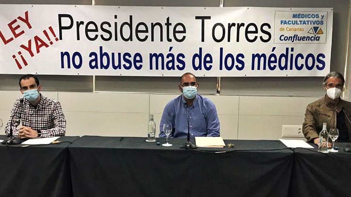 Un instante de la convocatoria de prensa en la que comparecieron Juan Antonio Martínez Tadeo, Gabriel González Peña y Sunil Lakhwani.