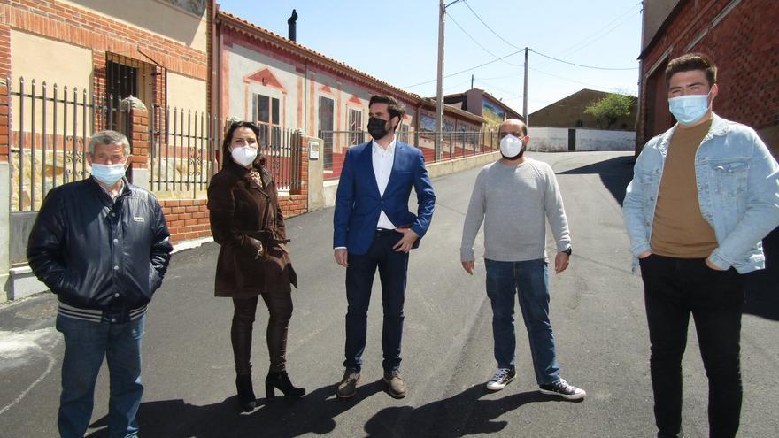 San Miguel de la Ribera pavimenta calles con el presupuesto no gastado en las fiestas