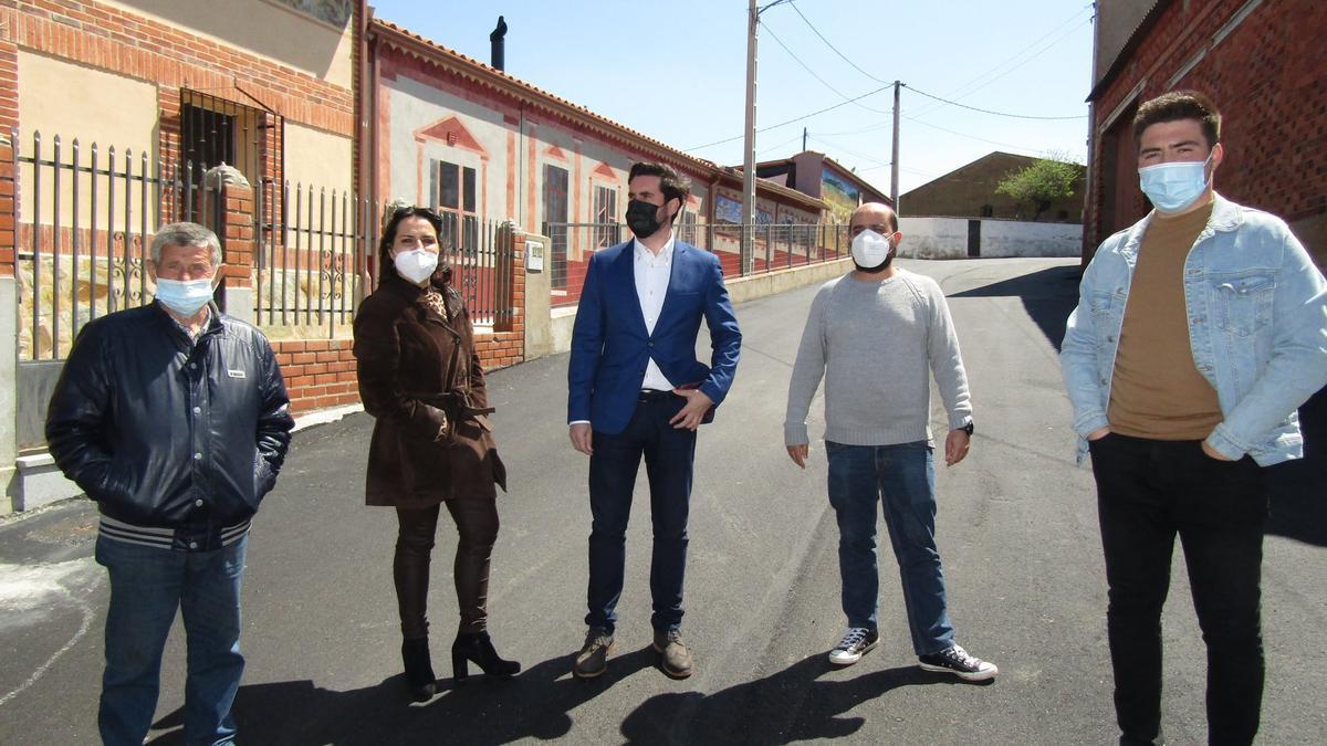 Dino González, Raquel Pascual, Antidio Fagúndez, Eduardo Folgado y Álvaro Rodríguez en la visita a la Calle La Vega de San Miguel de la Ribera