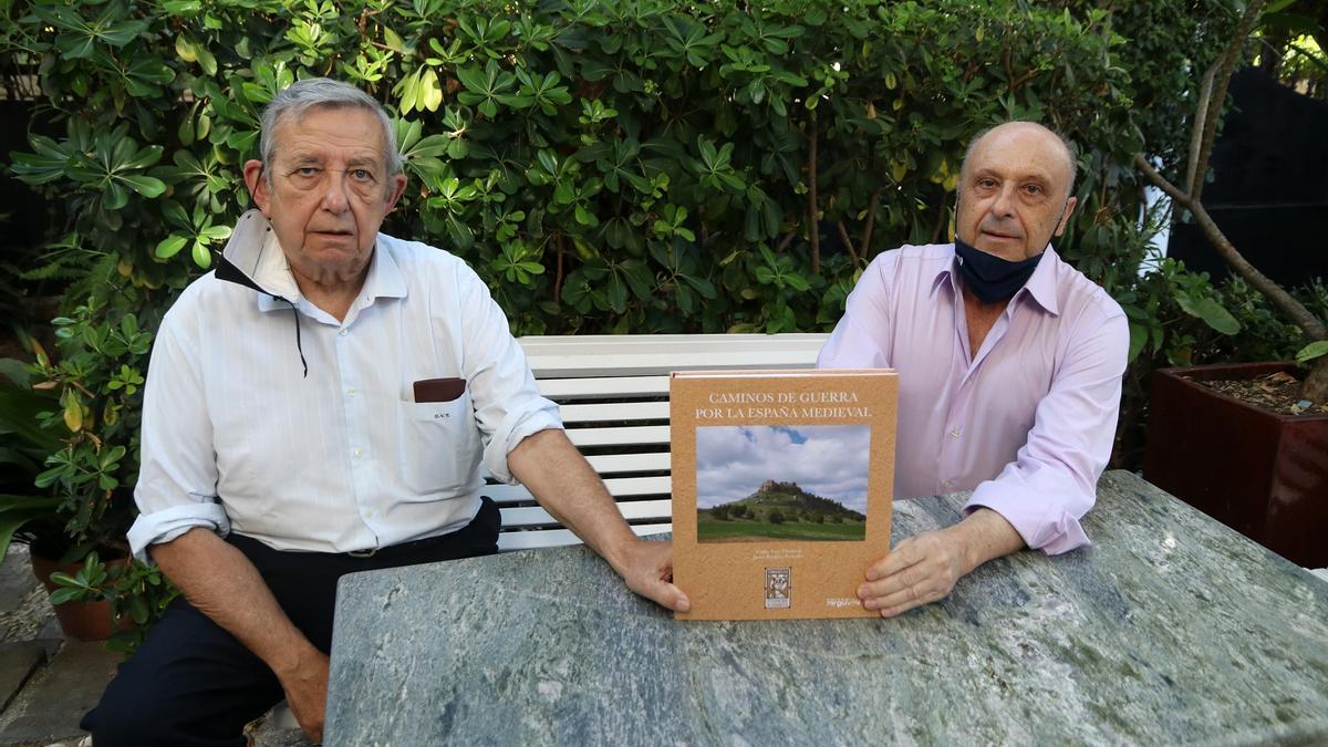 Carlos Vara Thorbeck y Javier Ramírez con su nueva obra, 'Caminos de Guerra de la España medieval'