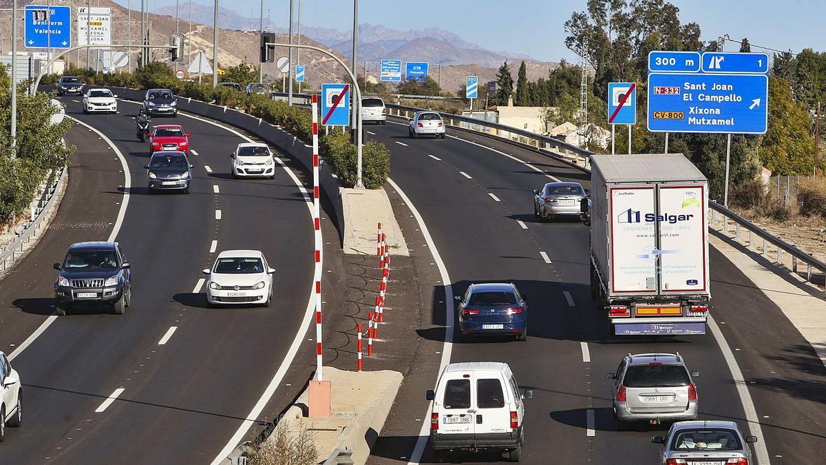 Coches y camiones circulando por la autopista Alicante-València a primera de la tarde de ayer. Más de treinta mil vehículos de media al día.