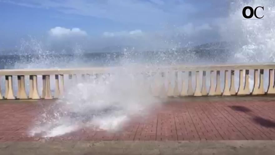 El mar alcanza el paseo en Orillamar