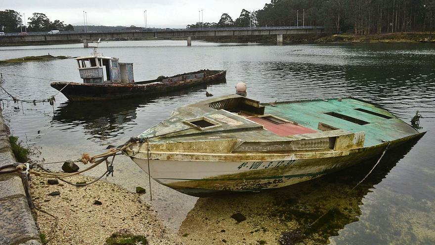 Barcos abandonados o sin uso ocupan amarres y entorpecen la navegación en puertos de Arousa