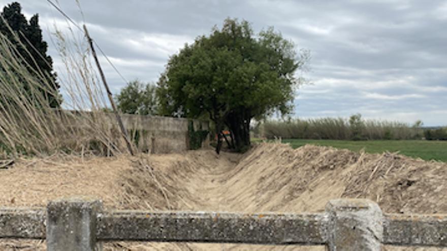 Pau desbrossa i neteja la llera del rec Samort